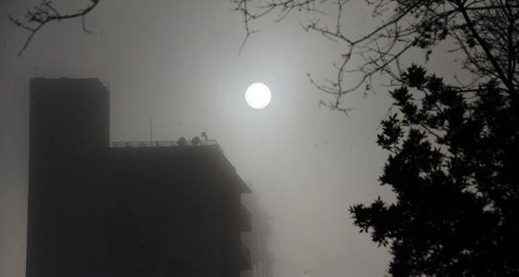 Cenizas, después lluvia, niebla y ahora asomó el sol en el cielo rosarino