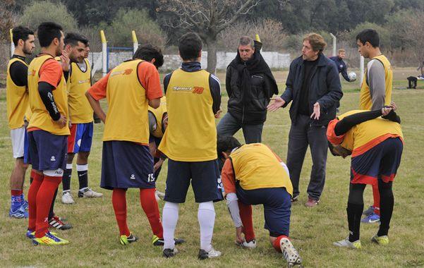 Atentos. Los jugadores charrúas escuchan las indicaciones de Osvaldo Diez. El entrenador necesita caras nuevas.