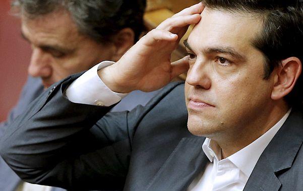 Serio. El premier Tsipras durante la votación del miércoles en el Parlamento.