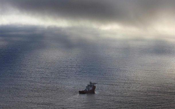 Interminable. Un barco de la Marina australiana se despliega en el área de búsqueda sobre el océano Indico.