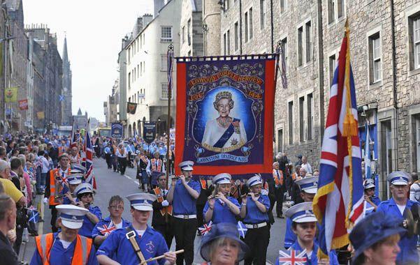 La Orden de Orange marchó por Edimburgo con una imagen de la reina Isabel II.