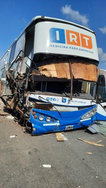Un ómnibus sanitario chocó contra el acoplado de un camión que ingresaba a la zona del peaje en San Lorenzo