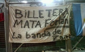 Zaira Nara, en las banderas de la hinchada de Uruguay