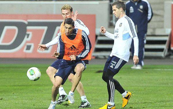 Ultima práctica. Angel Di María encara frente a Fernando Gago durante el entrenamiento que el equipo de Alejandro Sabella realizó en el escenario del partido.
