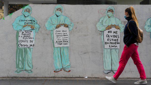 Un mural en homenaje a los trabajadores de la salud.