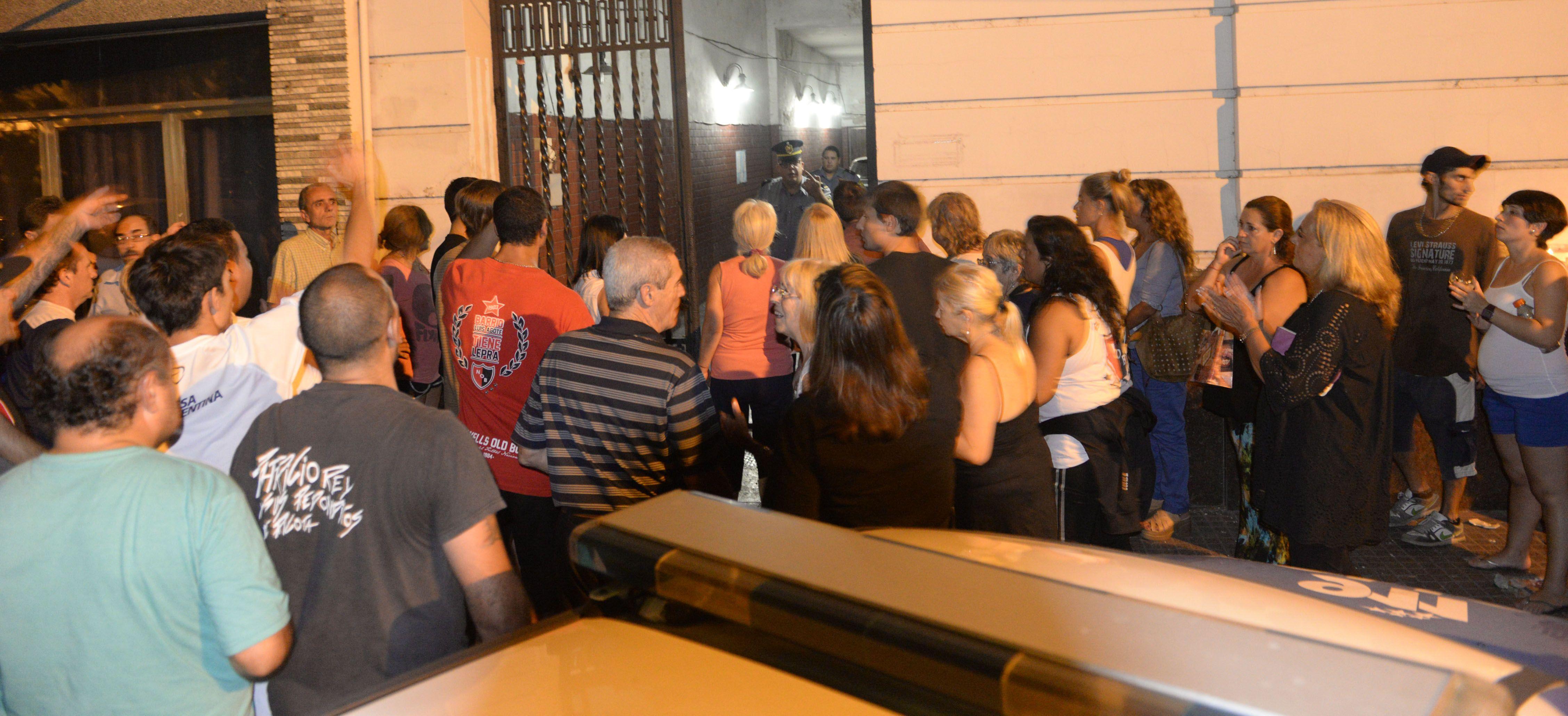Alrededor de 400 personas se manifestaron ayer frente a la seccional 7ª para pedir justicia y seguridad.