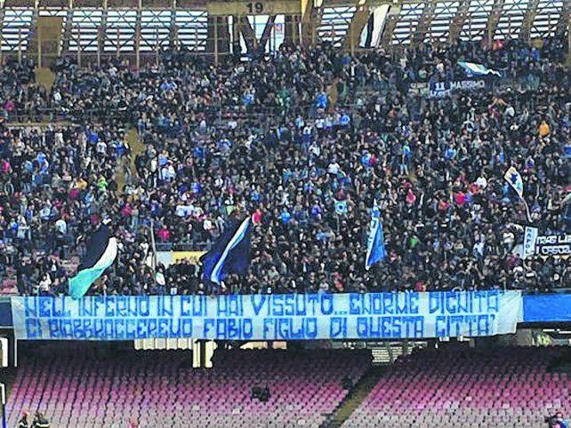 Los napolitanos colgaron una bandera pidiéndole disculpas al delantero Quagliarella.