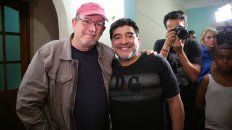 El músico cubano junto al Diez. Rodríguez recordó cuando Maradona asistió sin previo aviso a uno de sus conciertos en La Habana.