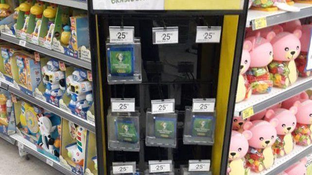 Insólito. Los paquetes de figuritas se exhiben en cajas cerradas.