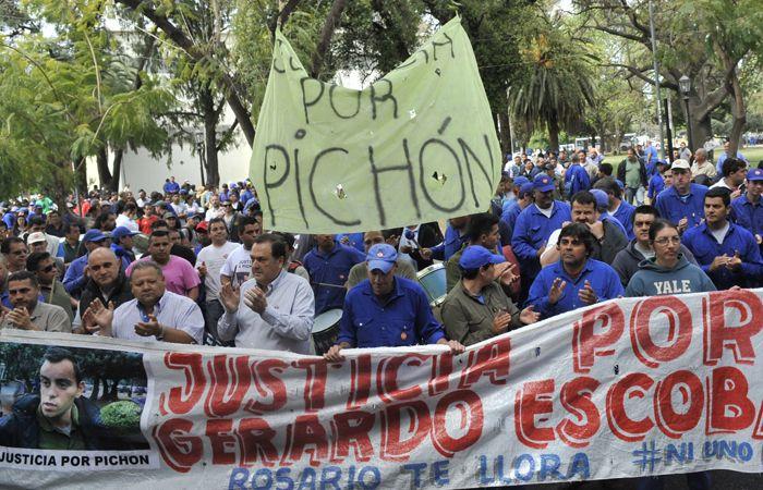 Ratner encabeza una de as varias marchas realizadas a Fiscalía para conocer el estado de la causa Escobar. (Foto: V. Benedetto)