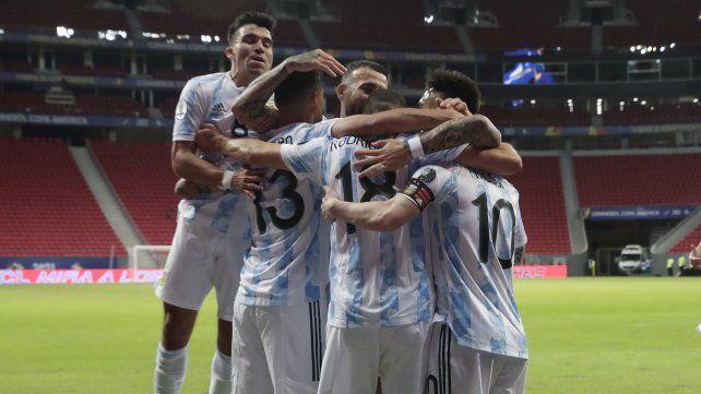 Argentina celebra tras ganar 1-0 contra Uruguay al final de un partido de fútbol de la Copa América en el estadio Nacional de Brasilia, Brasil, el viernes 18 de junio de 2021. AP Photo / Ricardo Mazalan