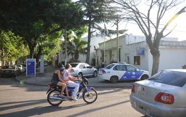 Seccional 15ª. El plantel entero de la comisaría de Sarmiento y Ameghino partió ayer hacia otras seccionales. (Foto: S.Meccia)