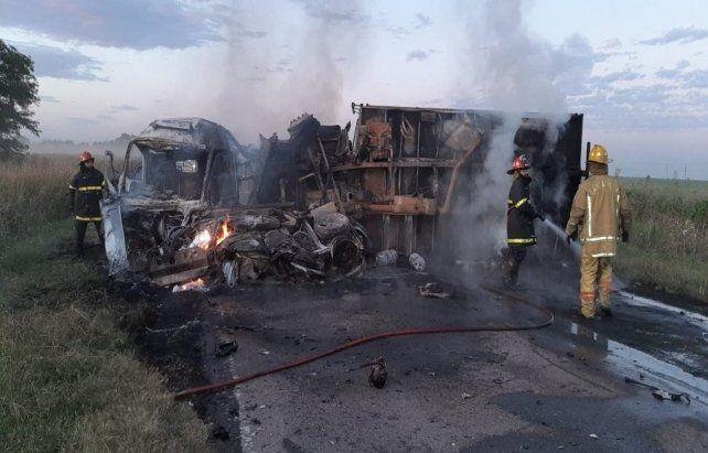 Hierros retorcidos. La colisión en cadena desató el incendio de varios vehículos.