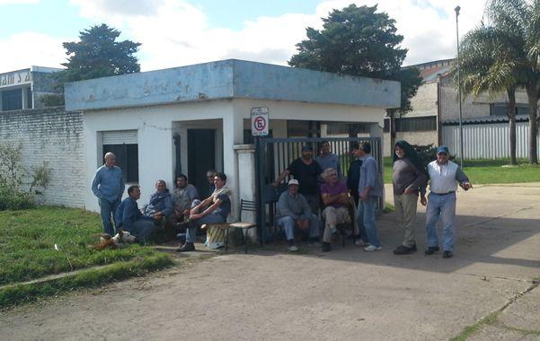 La espera. El paro de los obreros de Marani es con asistencia al trabajo.