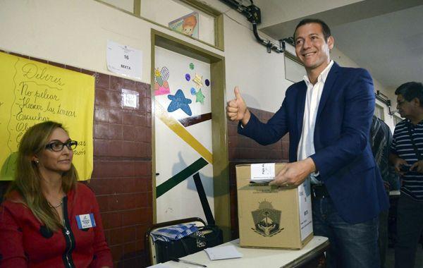 Omar Gutiérrez en el momento de la votación. Los primeros guarismos oficiales lo daban vencedor.