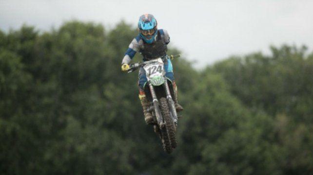 Técnica intacta. Alberto salta en plena carrera y domina la moto con la mano derecha.