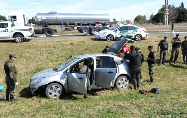 El final. El auto en el que huían los ladrones quedó en medio de la autopista.