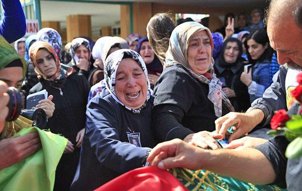 Dolor y bronca. Funeral de una de las víctimas ayer en Estambul. Las acusaciones contra Erdogan no faltaron.
