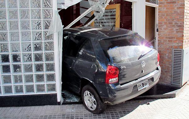 El VW Gol terminó incrustado en la puerta de ingreso de una inmobiliaria.
