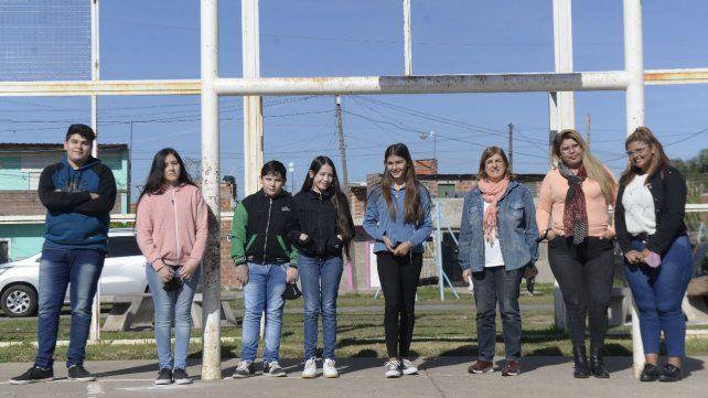 Chicas y chicos beneficiarios de la beca, junto a Inés Risso (sexta, de izquierda a derecha), la responsable de Fonbec en Rosario.