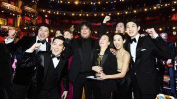 """A principios de este año, la película surcoreana """"Parasite"""" (""""Parásitos"""") se convirtió en el primer filme en lengua no inglesa en alzarse con el galardón a mejor película."""