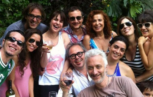 El elenco de Graduados festejando el éxito de la tira (Foto: Twitter)
