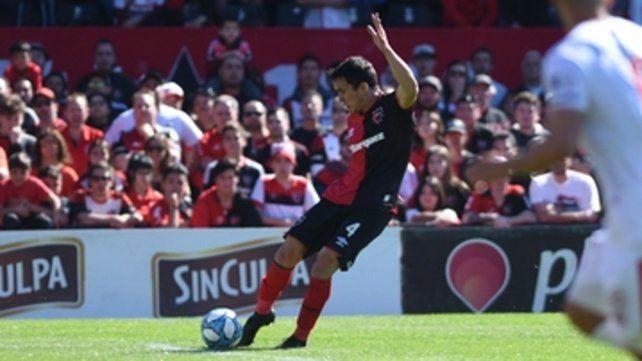 Prepara el tiro. Angelo Gabrielli saca el derechazo que terminará siendo el tercero en la goleada 4 a 1 ante Huracán.