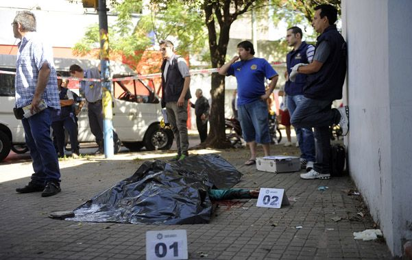 El cuerpo de Ricardo García quedó tendido en la ochava noroeste de Corrientes y Uriburu. A su lado quedó la pistola con la que lo mataron. (Foto: H. Rio)