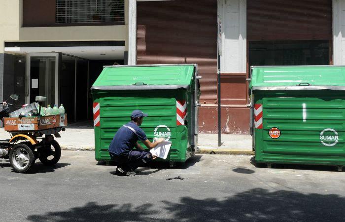 Des dele Concejo proponen modificar los horarios para evitar acumulación de residuos en los contenedores. (Foto: Silvina Salinas / La Capital)