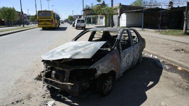 Hallaron un cuerpo calcinado en el baúl de un auto incendiado en la zona oeste