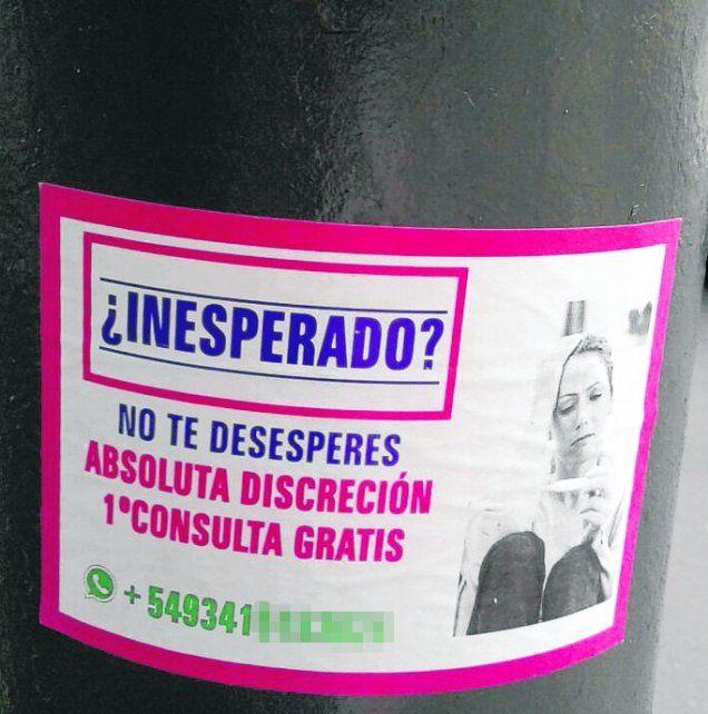 publicidad. En los postes de alumbrado público aparecieron los carteles.