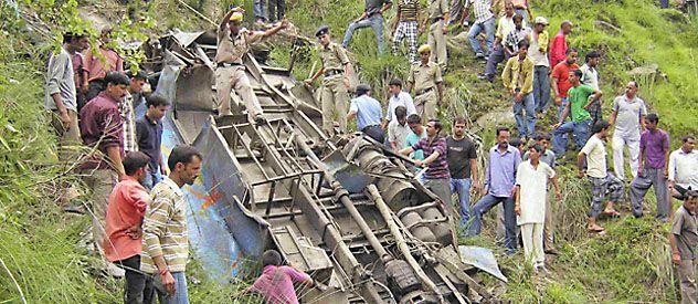 51 muertos al caer un micro en un precipicio en India