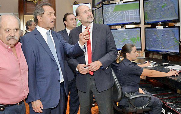 Scioli y Perotti recorrieron el Centro de Monitoreo de la Policía Local.