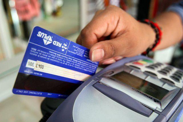 El proyecto con media sanción del Senado reduce a 1,5% la comisión por tarjetas de crédito.