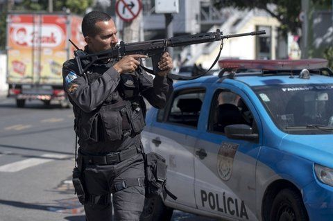 río. Un policía apunta en la favela situada a diez kilómetros del centro.