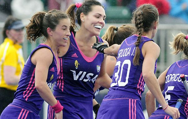 Felices. Luchetti celebra su gol junto a Barrionuevo y Josefina Sruoga.
