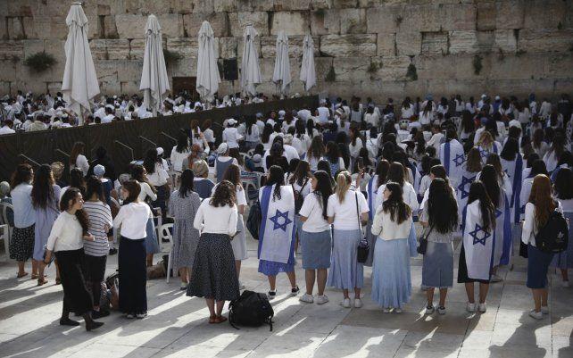 Mujeres judías rezan durante el Día de Jerusalén