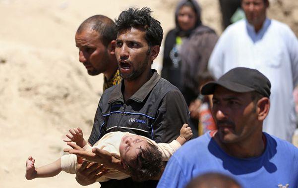 Fuga desesperada. Civiles de Ramadi escapaban ayer de la ciudad en condiciones muy precarias hacia Bagdad.