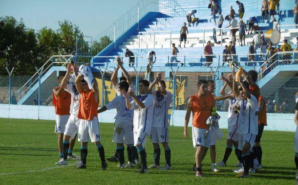 Final feliz. Los jugadores de Argentino festejan la victoria ante el Canalla.
