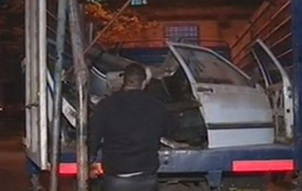 Personal de Sustracción de Automotores continuaban esta noche trabajando en barrio San Francisquito. (imagen de TV)