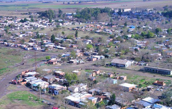 """El lugar. El populoso barrio 9 de Julio está asentado sobre terrenos provinciales administrador por el Ente Portuario. No es una tradicional """"villa""""."""