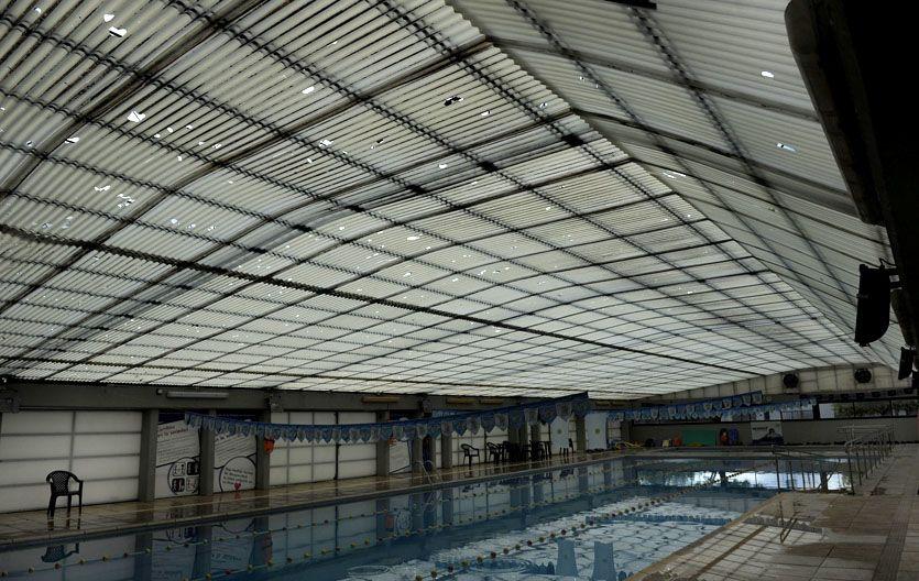"""Un """"colador"""". Así se veía ayer el techo de policarbonato. Las reparaciones podrían costar unos 200 mil pesos."""