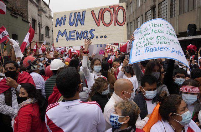 Tensión. Manifestantes partidarios de Castillo recorrieron las calles de Lima.