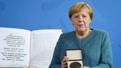 Angela Merkel recibe una medalla de reconocimiento a su enorme trayectoria en Berlín.