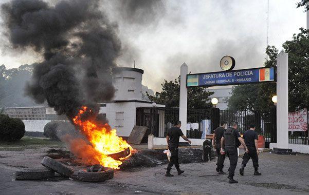 Tensión. La Jefatura rosarina fue sitiada por los manifestantes y sus familiares a lo largo de tres largos días. (foto: Celina Mutti Lovera)