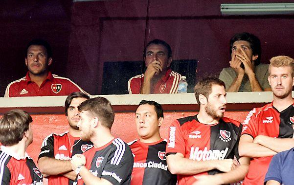 Concentrado. El flamante entrenador (centro) sufre el partido en uno de los palcos. Como fue expulsado como DT de Olimpo ante San Lorenzo