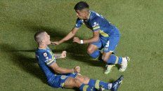 Marinelli festeja con Ferreyra el gol que puso el partido 1-1.