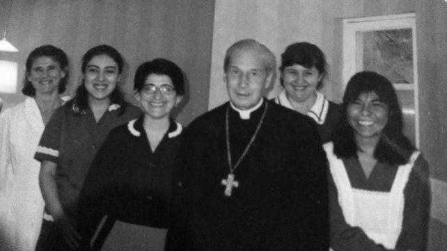Sonrientes numerarias auxiliares rodean al ex Prelado del Opus