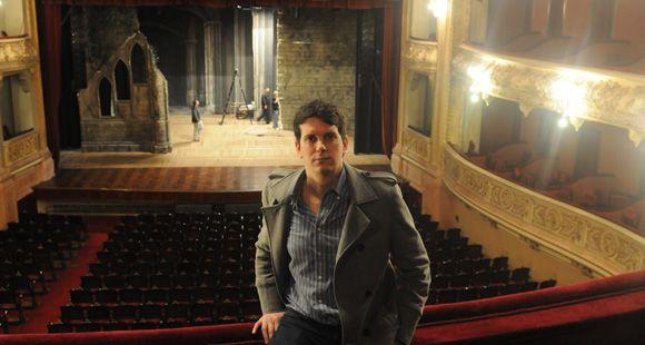 El rosarino que diseña la vida de las óperas