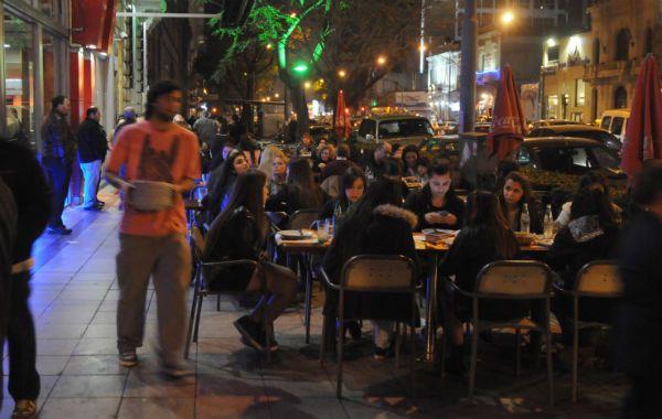 A comer. La avenida Pellegrini es famosa por su gastronomía y se muestra colmada en las noches del fin de semana.